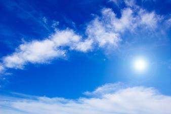 Petits nuages avec le soleil