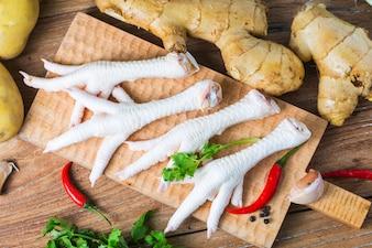 Pieds de poulet sur fond blanc
