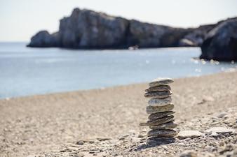 Pierres en équilibre à proximité de la mer