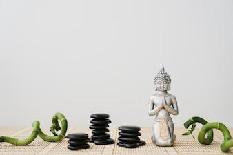Pierres volcaniques, bâtons de bambou et personnage de Bouddha