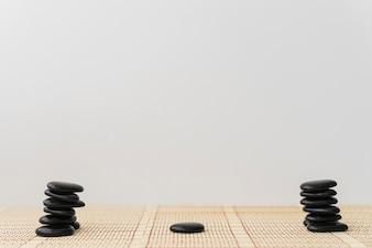 Piles de pierres noires