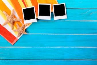 Plage de fond avec trois photos polaroid