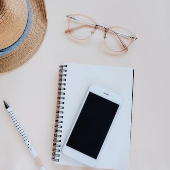 Plan plat du bureau de l'espace de travail avec papeterie et accessoires dans un style minimal