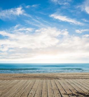Planks avec l'horizon dans la distance