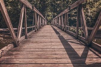 Pont en bois au-dessus de la rivière