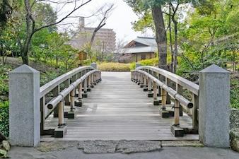 Pont en bois dans un environnement naturel