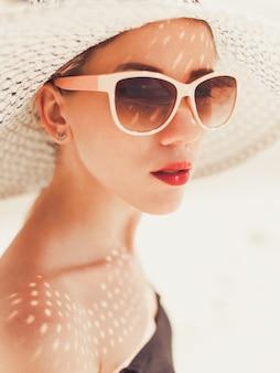 Portrait attrayant jeunes lèvres