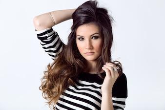 Portrait de mode de jolie jeune femme posant dans la photo studio.