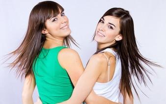 Portrait de studio de soeurs brunes