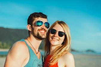 Portrait en plein air d'un beau couple voyageur