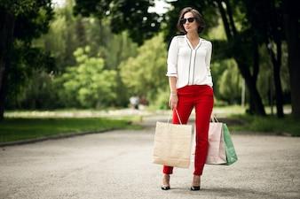 Portrait personnes smartphone rouge une boutique