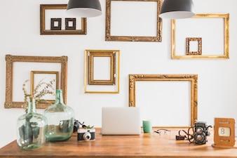 Poste de travail avec des cadres décoratifs