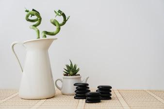 Pot à fleurs, bambou et pierres noires
