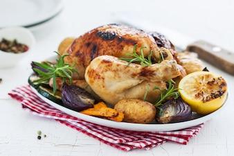 Poulet cuit au four avec du citron et de légumes