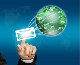 Presser la main d'une enveloppe qui est envoyé sur le monde