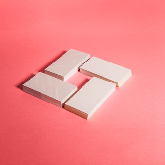 Quatre piles de cartes d'affaires