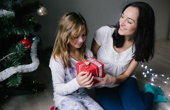 """""""Femme donnant cadeau à la fille"""""""