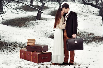 """""""La mariée et le marié debout avec des bagages à l'extérieur"""""""