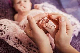 """""""Les mains embrassant les pieds des tout-petits"""""""