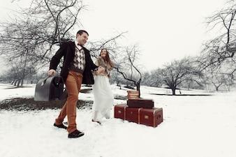 """""""Mariée et mariée marchant sur la neige à l'extérieur"""""""