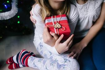 """""""Mère et fille avec cadeau de Noël"""""""