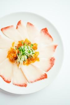 Raw Raw Hamaji Sashimi à la viande de poisson dans une assiette blanche