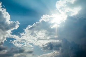 Rayons lumineux sur le ciel bleu dramatique
