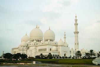 Regarde de loin les bâtiments géniaux de la Grande Mosquée Shekh Zayed