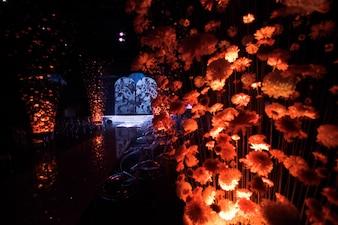 Regardez à travers les fils avec des bourgeons de chrysanthèmes dans des chaises en plastique debout dans le couloir