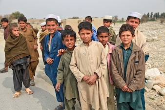 Regrouper les personnes pauvres garçons afghani enfants curieux