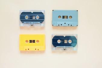 Rétros cassettes sur fond de couleur pastel, style minimal