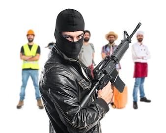 Robber tenant un fusil