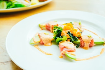Rouleau de thon avec salade d'avocat