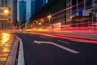 Route de circulation urbaine avec paysage urbain