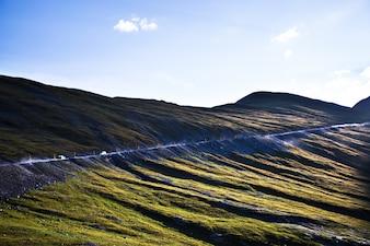 Route sur une montagne visible de loin