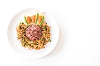 Salade de porc grillé chaude et épicée au riz Berry