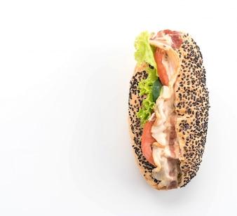 Sandwich au bacon et aux légumes