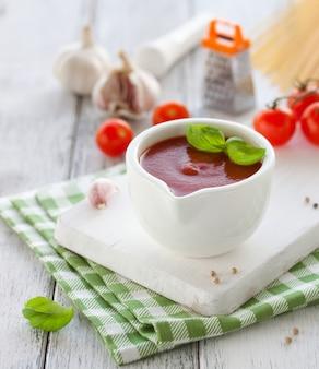 Sauce tomate dans un bol blanc