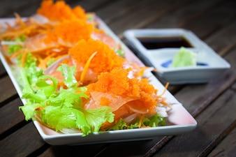 Saucisse Sashimi au Japon avec wasabi sur la table en bois