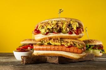 Savoureux hot dog traditionnel traditionnel sur un tableau de bois.
