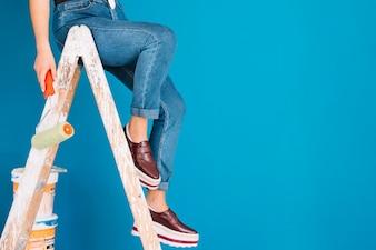 Scène de peinture avec les jambes de la femme