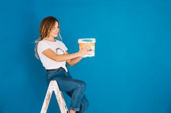 Scène de peinture avec une femme tenant un seau