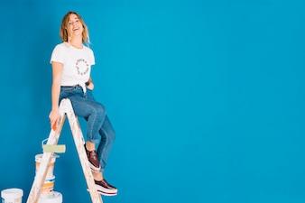 Scène de peinture avec une fille et un mur bleu