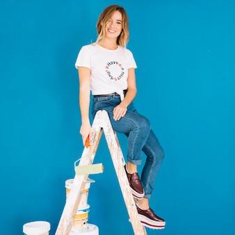 Scène de peinture avec une fille sur une échelle