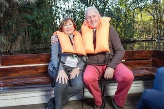 Senior couple assis sur un banc en bois