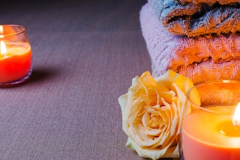 Serviettes et bougies allumées
