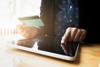 Shopping en ligne utilise une carte de crédit pour payer en ligne.
