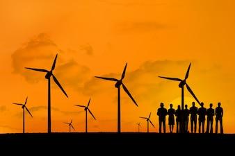 Silhouette des personnes bénéficiant de l'énergie renouvelable