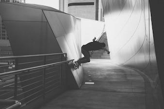 Skateboarding sur le mur