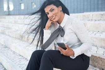 Souriante femme d'affaires élégante à la caméra